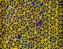 De droge deegwaren van het wagenwiel op een veelkleurige achtergrond royalty-vrije stock afbeelding
