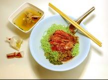 De droge die eend van de jadenoedel met de gekookte soep van varkensvleesbeenderen wordt gediend stock afbeeldingen