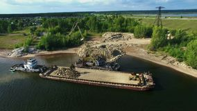 De droge de kraanlading van de vrachtschip bulk-carrier verpletterde stenenrots in recht van de de meningsvlieg van het rivierdok stock video