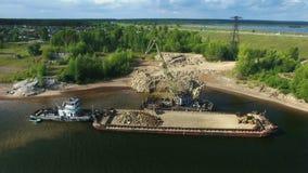 De droge de kraanlading van de vrachtschip bulk-carrier verpletterde stenenrots in recht van de de meningsvlieg van het rivierdok stock videobeelden