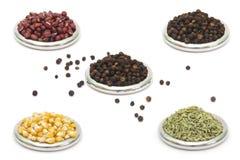 De droge stapels van voedselingrediënten in ringen stock afbeelding