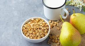 De droge vlokken van de mueslihaver met fruitpeer en melk royalty-vrije stock afbeelding