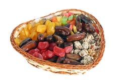 De droge vruchten in a wattled mand Stock Afbeeldingen