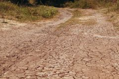 De droge weg in barsten op plattelandsgebieden met uitgedroogd klimaat royalty-vrije stock foto's