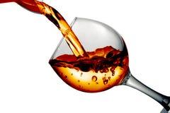 De droge witte wijn wordt gegoten in een glas Royalty-vrije Stock Foto's