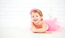 De dromen van weinig kindmeisje van het worden ballerina royalty-vrije stock afbeeldingen