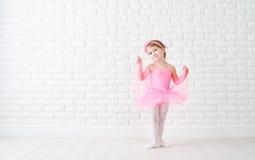 De dromen van weinig kindmeisje van het worden ballerina stock foto's