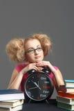 De dromende student ligt op de grote klok Stock Afbeeldingen