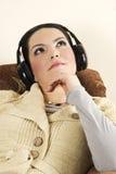 De dromende vrouw luistert muziek Stock Foto's