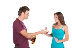 De dronken mens geeft alcohol aan meisje Stock Foto