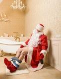 De dronken zitting van VaderChristmas op het toilet royalty-vrije stock afbeelding