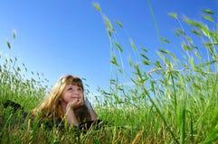 De droom van de zomer in het gras Royalty-vrije Stock Afbeelding