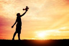 De droom van een kind dat silhouet wil overal vliegen Royalty-vrije Stock Foto