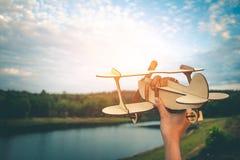 De droom van een kind dat wil overal vliegen Royalty-vrije Stock Foto's