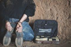 De drughandelaars werden gearresteerd samen met hun heroïne De drughandelaar van de politiearrestatie met handcuffs Wet en politi royalty-vrije stock foto