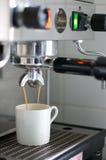 De Druipende Espresso van de espressomachine in Witte Kop Royalty-vrije Stock Afbeelding