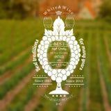 De druivenbos kijkt als wijnglas met vat voor tekst in het centrum Wijnetiket op wijngaard en uitstekende stadsachtergrond Royalty-vrije Stock Foto's