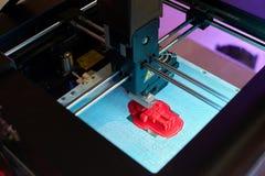 De drukkenmodel van de close-up 3D printer van een rode robot stock foto