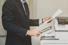De drukknop van de bedrijfsmensenhand op paneel van exemplaarprinter royalty-vrije stock fotografie