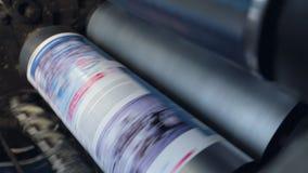 De drukmachine gaat document door cilinders over stock videobeelden