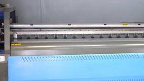 De drukpers die van groot formaatinkjet zich in de drukworkshop bevinden Panorama van de industriële printer 4K stock video