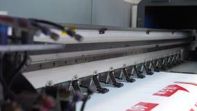 De drukpers van groot formaatinkjet in verrichting Werkende groot formaatprinter Berijdend vervoer met verf 4K stock videobeelden