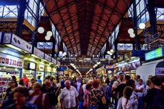 De drukte van het winkelen in een markt bij de opslag wordt gezien die Royalty-vrije Stock Foto's