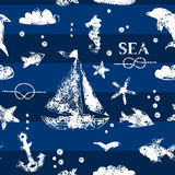 De drukzeilboot van de Grunge witte zegel, anker, vissen, zeemeeuw op marineblauw naadloos patroon als achtergrond, vector royalty-vrije illustratie