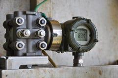 De drukzender in olie en gasproces, verzendt signaal naar controlemechanisme en lezingsdruk in het systeem Stock Afbeelding