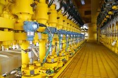 De drukzender in olie en gasproces, verzendt signaal naar controlemechanisme en lezingsdruk in het systeem, Zender in olie stock foto's