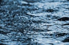 De druppeltjes die van het water op de waterspiegel drijven Royalty-vrije Stock Afbeelding
