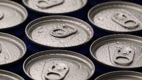 De druppeltjes van het lengtewater kunnen van soda of bier achtergrond roteren stock videobeelden