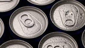 De druppeltjes van het lengtewater kunnen van soda of bier achtergrond roteren stock footage