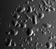 De druppeltjes van het water op een zwarte achtergrond Royalty-vrije Stock Foto's