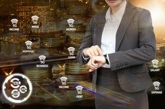 De dubbele blootstelling van Bedrijfsvrouw controleert de tijd met 5G-netwerk royalty-vrije stock afbeeldingen