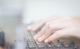 De dubbele blootstelling van bedrijfsvrouwen overhandigt het werken aan toetsenbordcomputer op houten bureau als concept Stock Foto