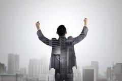 De dubbele blootstelling van de bedrijfsmens heft zijn handen op Stock Foto