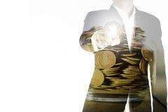 De dubbele blootstelling van de bedrijfsmens richt de vinger en de gouden muntstukken in kruik, het concept van de investeringshu Royalty-vrije Stock Foto's