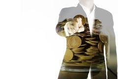 De dubbele blootstelling van de bedrijfsmens richt de vinger en de gouden muntstukken in kruik, het concept van de investeringshu Stock Afbeeldingen