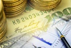 De dubbele blootstelling van dollarsbankbiljet met investeringsrapport Stock Foto's