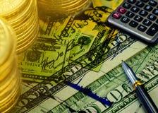 De dubbele blootstelling van dollarsbankbiljet met muntstukken en voorraadgrafiek Stock Afbeeldingen