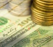 De dubbele blootstelling van dollarsbankbiljet met muntstukken en voorraadgrafiek Royalty-vrije Stock Fotografie