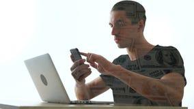De dubbele blootstellingsmens gebruikt een smartphone om geld te maken Concepten moderne zaken in smartphone stock footage