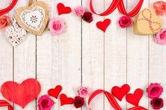 De dubbele grens van de valentijnskaartendag van harten, bloemen, giften en decor op wit hout stock afbeelding