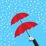 De dubbele hand die van het beschermingsconcept dubbele laag van paraplu houden Royalty-vrije Stock Foto's