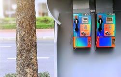 De dubbele ongebruikte publieke telefooncellen op het voetpad royalty-vrije stock foto