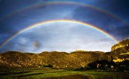 De dubbele regenboog van Tibet stock afbeeldingen