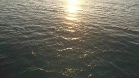 De duidelijke oceaanbezinning van de waterzonsondergang stock footage