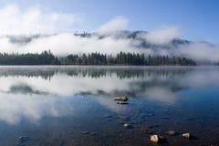 de duidelijke ochtend van de meer blauwe hemel Stock Foto