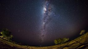 De duidelijke omwenteling van een outstandingly heldere Melkweg stock videobeelden